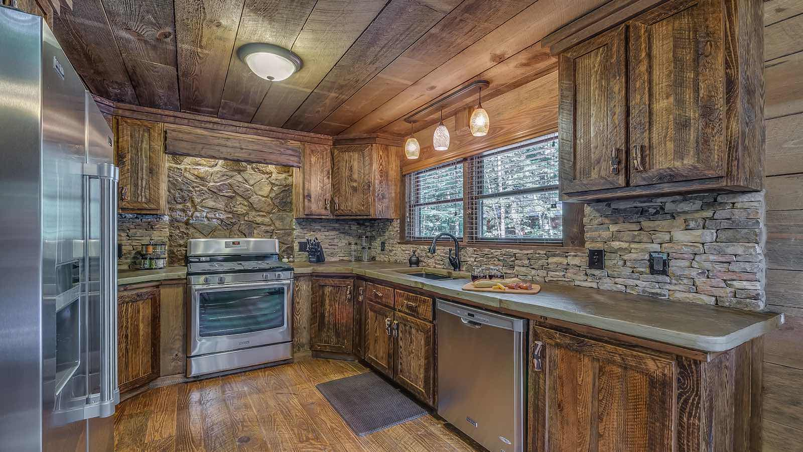 Refined rustic rental cabin blue ridge ga for Rustic lodge